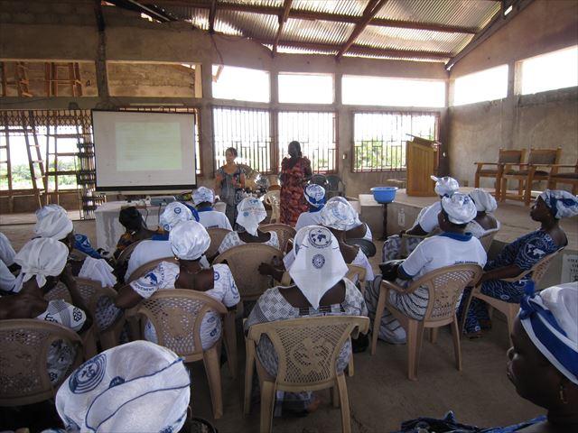 JICA海外協力隊の任地ガーナにて、教会で地元の女性向けにHIV予防の授業を行う。
