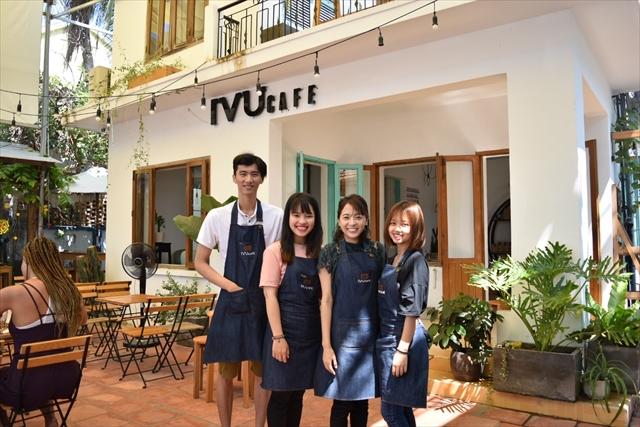 ニャチャンのカフェで働く泉野さん