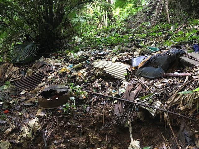 洞窟周辺に棄てられたゴミ