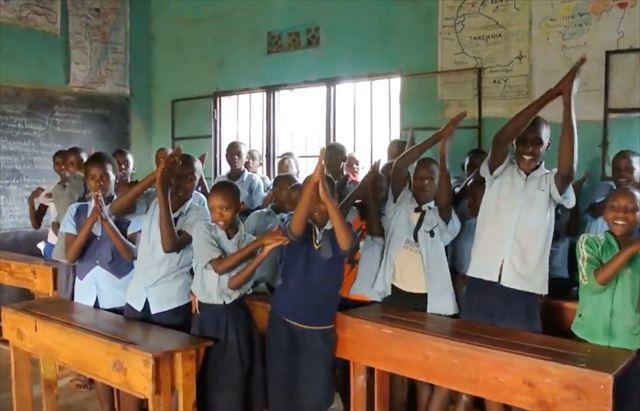 JICA海外協力隊時代、地元の子どもたちが「手洗いダンス」を踊る様子。