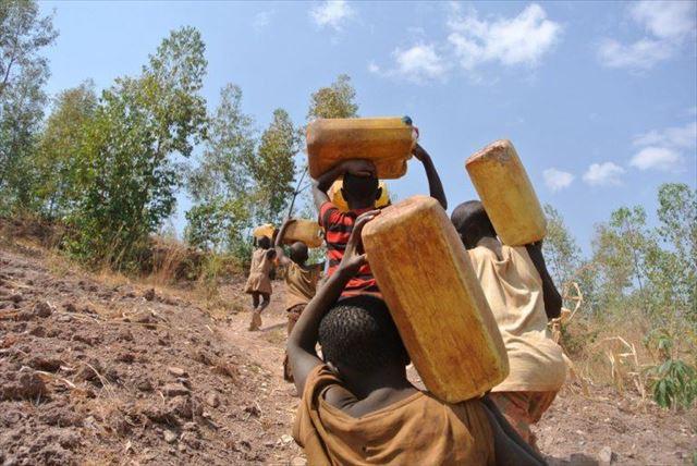 JICA海外協力隊時代、水を運ぶ子どもたちを後ろから撮影。