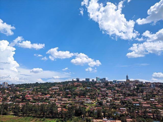 中心部に高層ビルが見える、ルワンダの首都キガリの街並み。