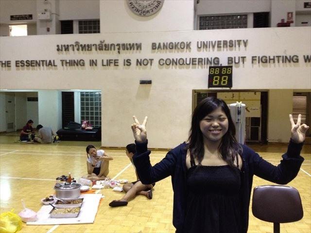 タイの強豪チームに参加した笠原さん、後ろでは地元選手が食事中。