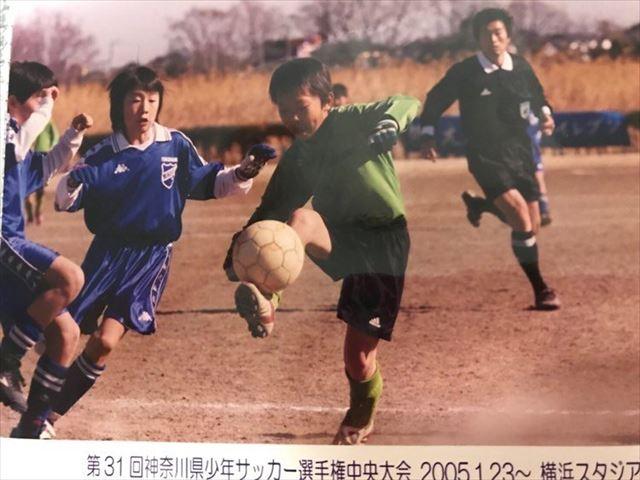 少年時代、サッカーボールを巧みに操る関谷さん。