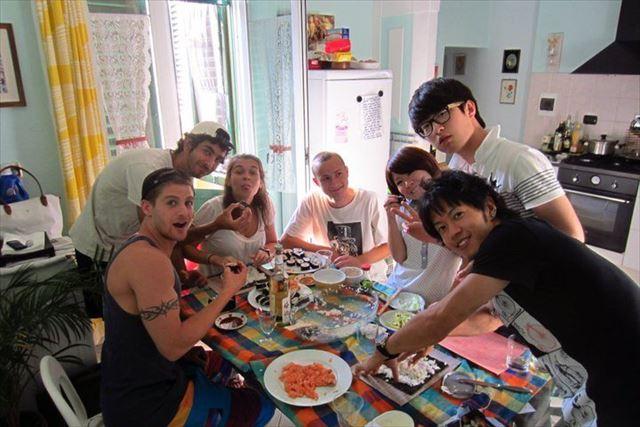 イタリア留学時代の土屋さん、友人たちと食事を囲む。