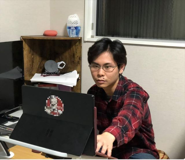 ノートパソコンを開いて仕事中の大島さん