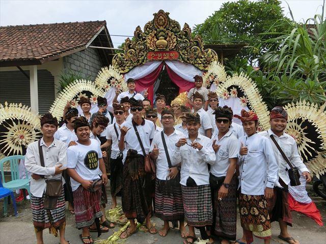 学友たちとバリ島の祭事に参加