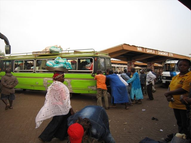 JICA海外協力隊の任地ガーナにて、故障するバスと状況を確認する地元の人々。