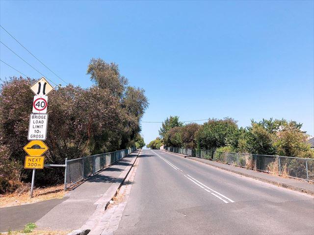 メルボルン郊外の道路と標識