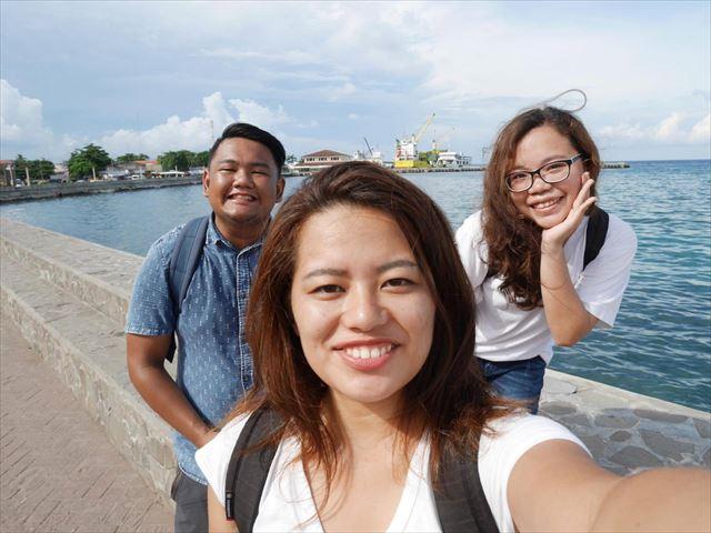 フィリピン留学時代、友人2人と海をバックに。