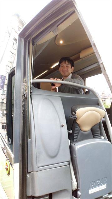 バス車内にて観光客を案内中の野中さん