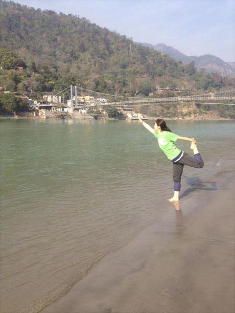 インドの川のほとりにてヨガをする角田さん