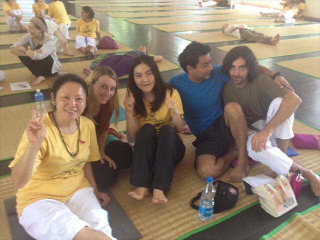 南インド、ケーララ州のヨガアシュラムにて参加者たちと。