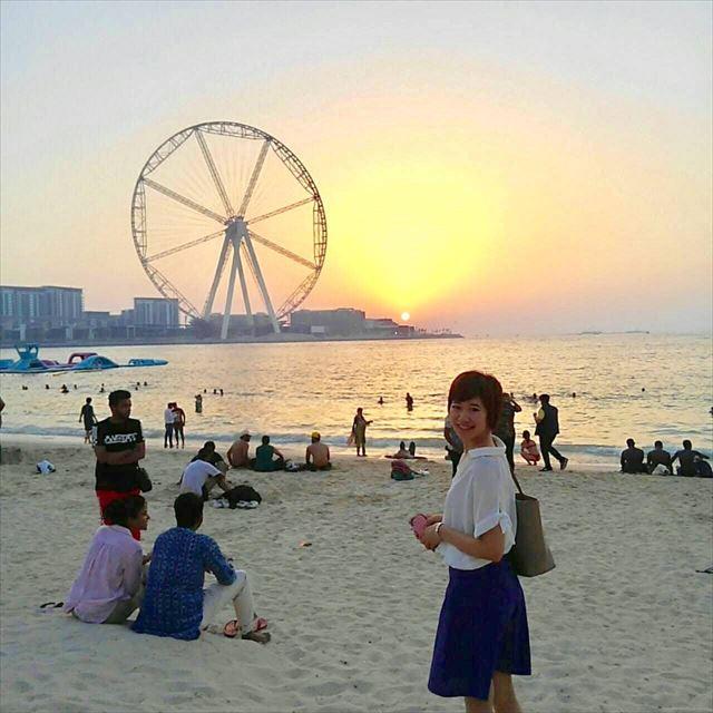 出張先のドバイのビーチに立つ古川さん