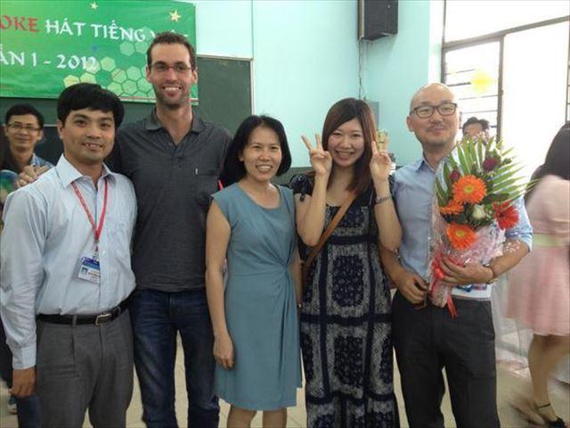 ベトナム留学中、クラスメイトと先生と写る古川さん。