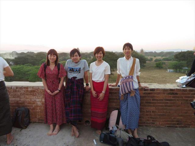 ミャンマーひとり旅中の古川さんと、道中で出会ったひとり旅同士の4人。