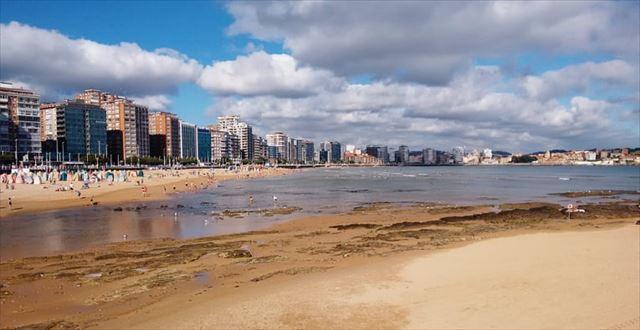 ヒホンの海岸、左奥にはホテルなどのビル群が広がる。