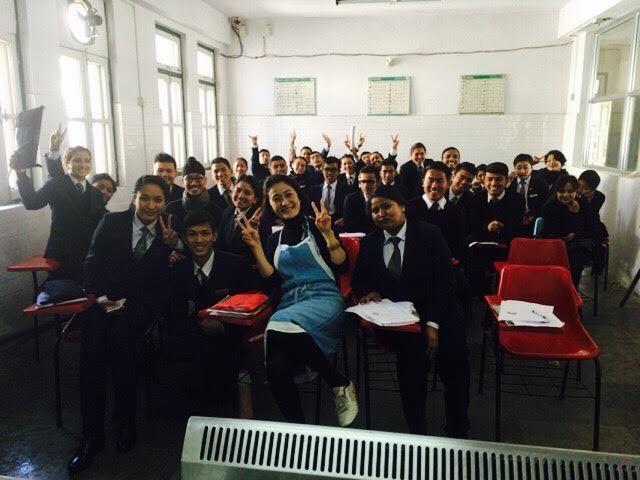 ネパールの観光大学にて生徒たちと写る石井さん