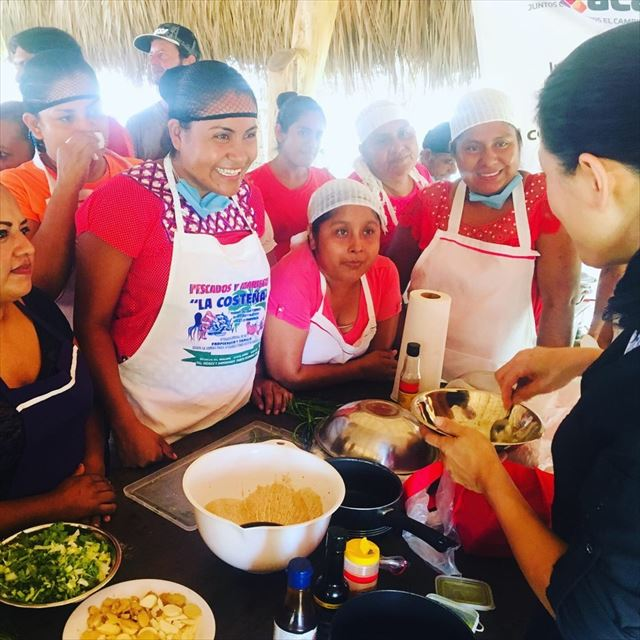 石井さんの料理教室に集う現地の料理人たち