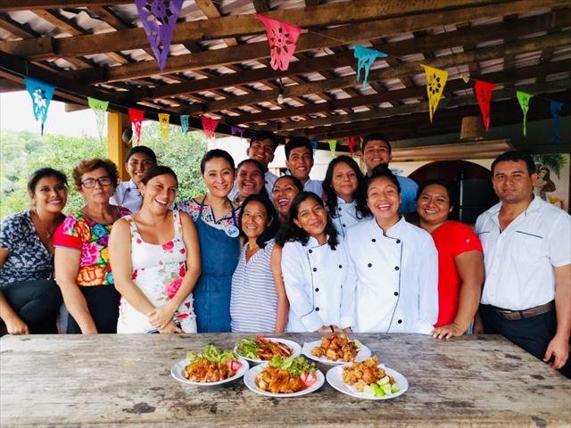 料理を前に、石井さんとオアハカの料理人たちの集合写真。